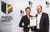Jana Etter, Brand & Design Manager, und Joachim Frenzel, Product Marketing Manger, beide estos, nehmen den German Brand Award entgegen